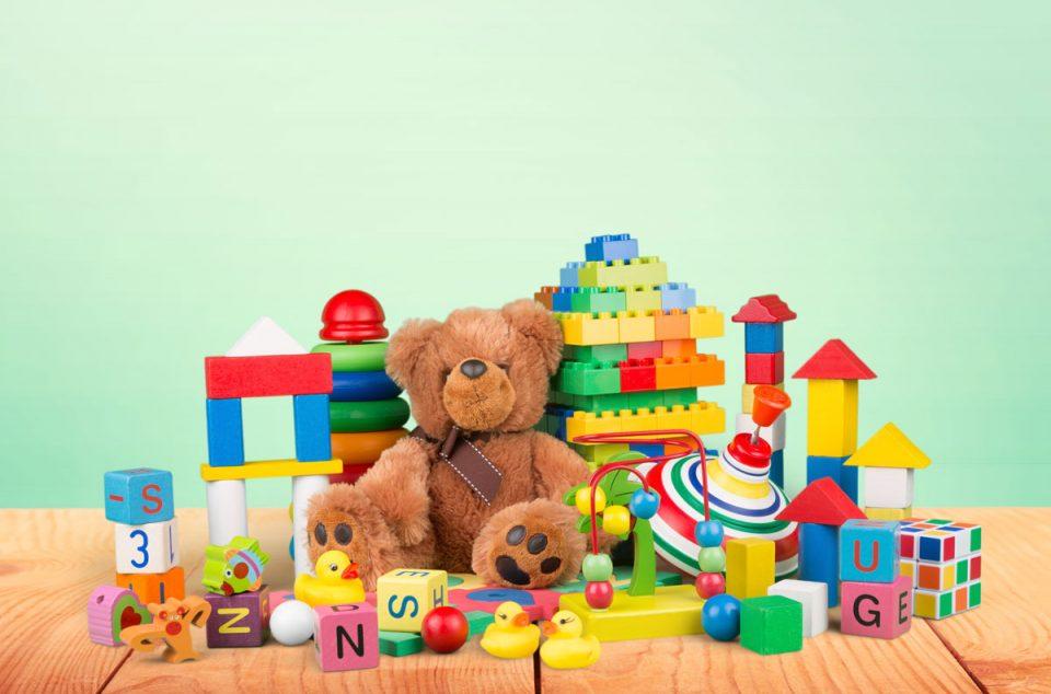 Сакате да ги направите среќни, а им нанесувате штета: Родители, не им купувајте многу играчки на децата!