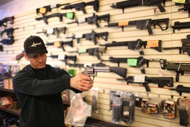 На Американците им здодеа купувањето тоалетна хартија, сега е време за оружје и муниција