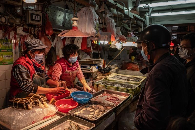Најден е првиот пациент: Продавачка на ракови на пазарот во Вухан е првата заразена со коронавирусот