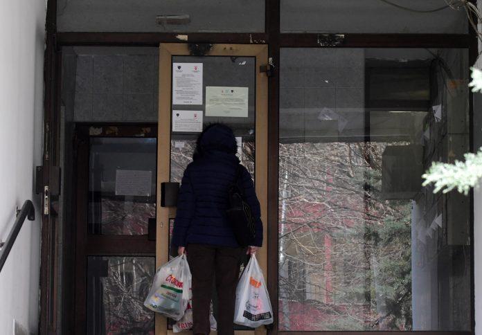 Во изолација е цела зграда во Капиштец каде што живее заболената докторка (ФОТО)