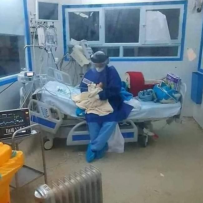 ЌЕ ВИ СЕ РАСПАРА СРЦЕТО: Анестезиолог храни бебе заразено со коронавирус (ФОТО)