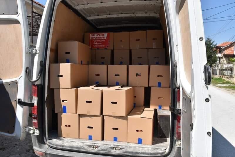 Функционери од СДСМ во Прилеп со службено возило делат пакети со храна на граѓаните и со тоа го загрозуваат нивното здравје (ФОТО)