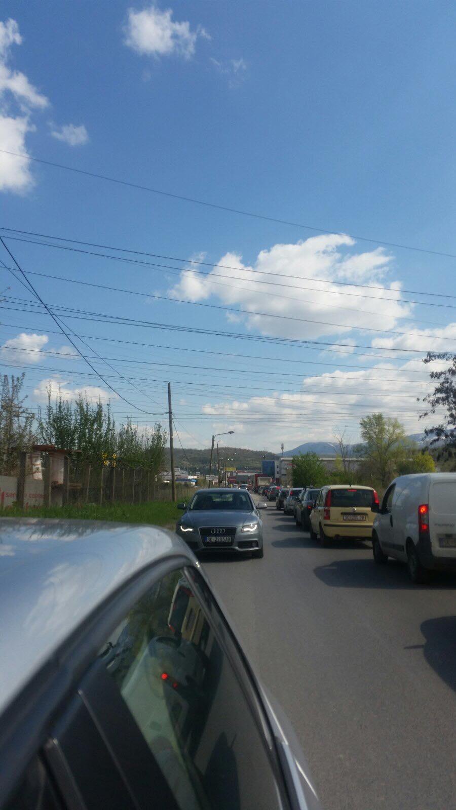 ВНИМАВАЈТЕ: Речиси пет километарска колона пред започнувањето на полицискиот час на влезот на населбата Драчево (ФОТО)