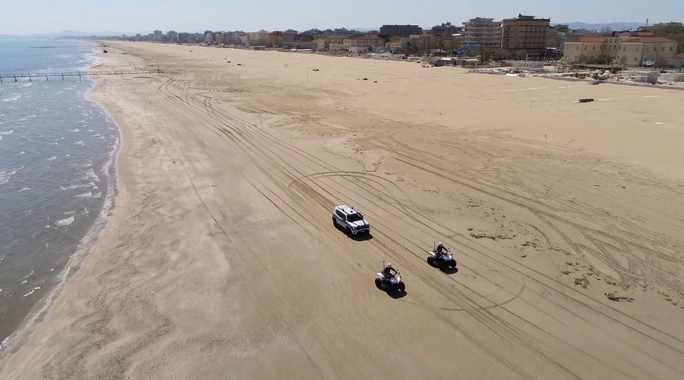 Јавноста во шок: Италијанската полиција казни маж кој сам се сончал на плажа (ВИДЕО)