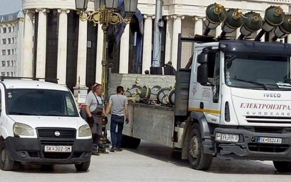 """Шилегов среде """"КОВИД-18"""" ги вади канделабрите од центарот на Скопје за време на полицискиот час"""