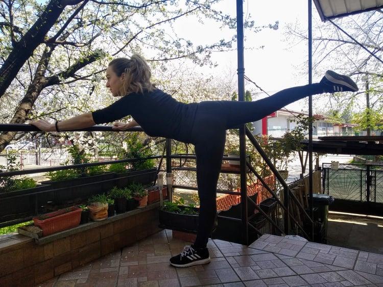 ВИДЕО: Тренинг во домашни услови, ефикасни вежби со кои ќе го активирате целото тело