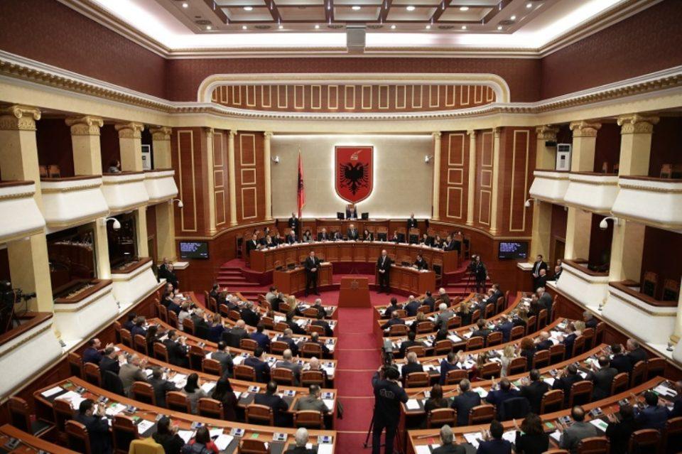 Албанските пратеници три месеци ќе добиваат преполовена плата