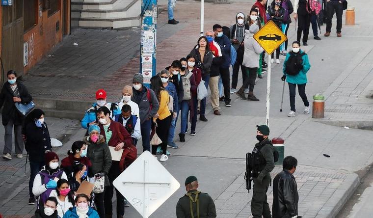 Се борат против коронавирусот, а останаа без плата: Протест на здравствените работници во Богота