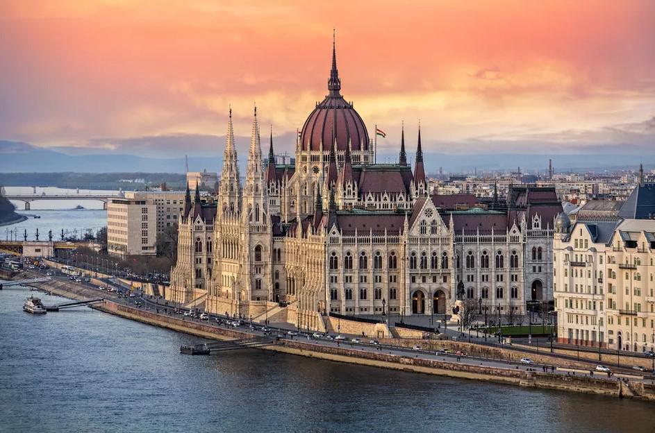 Орбан ги ублажува мерките во Унгарија
