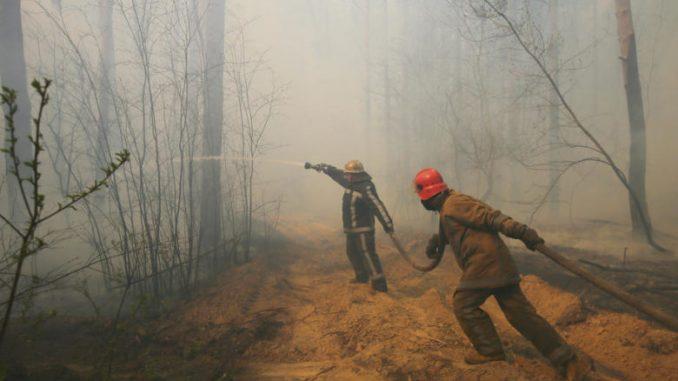 Дождот им помага на пожарникарите кои го гаснат пожарот во Чернобил