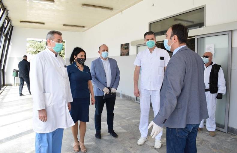 """Чулев предаде заштитна опрема за медицинскиот персонал во """"8-ми Септември"""" и на Ургентен центар"""