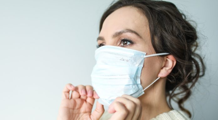 Шокантни резултати: Колку долго се задржува коронавирусот на заштитната маска за лице?