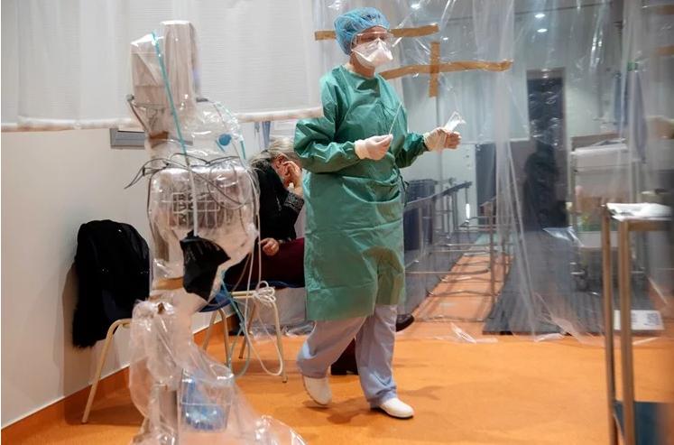 Во Франција се намалува бројот на смртни случаи од коронавирусот