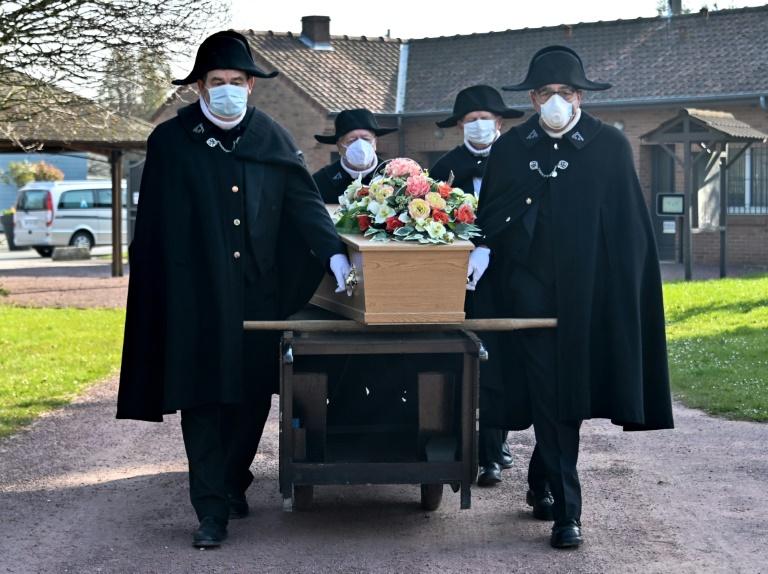 Во Франција, епидемијата се уште не го достигна врвот и покрај 7.560 смртни случаи