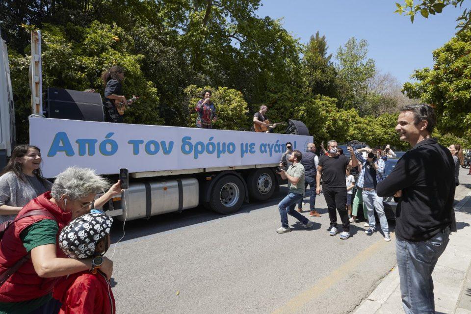 Позната грчка пејачка одржа концерт на камион низ улиците во Атина