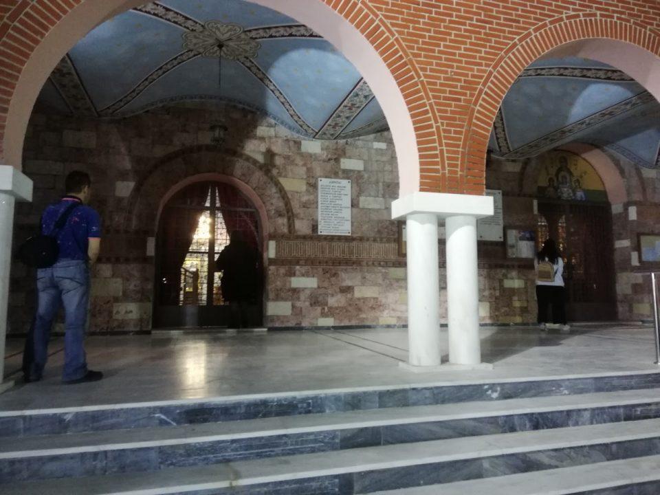 Парична казна и уапсени во црква во Грција поради литургија со присуство на верници