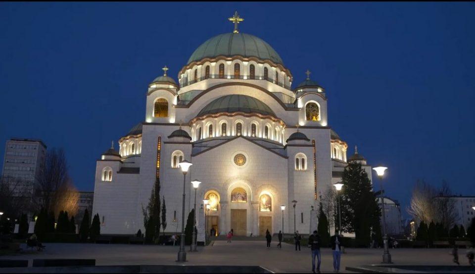 Фотографии кои ги запалија социјалните мрежи: Верниците во Белград на колена пред црквите (ФОТО)