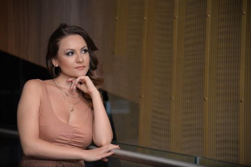 Оперската пејачка Ивана Здравкова која живее и работи во Австрија поради коронавирусот ги откажа своите концерти и претстави