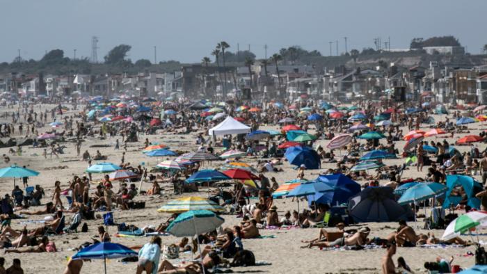 """ФОТО: Се облекол како """"смрт"""" и ги плашел луѓето на плажа, поради корона вирусот"""
