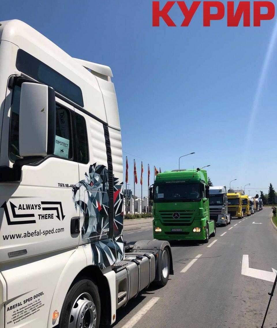 Транспортерите на протест низ центарот на Скопје