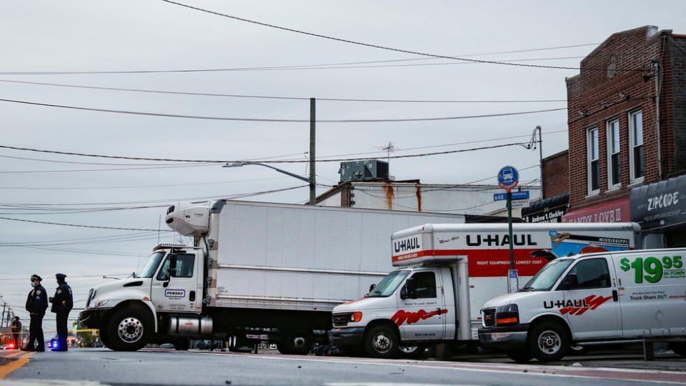 """Њујорк: 100 тела најдени во камиони без ладење по повици за """"силна миризба"""" (ФОТО)"""