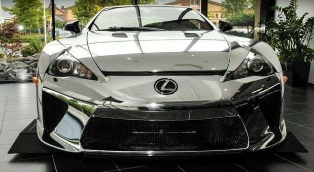 """Се продава хромиран Lexus – цената """"боли глава"""""""
