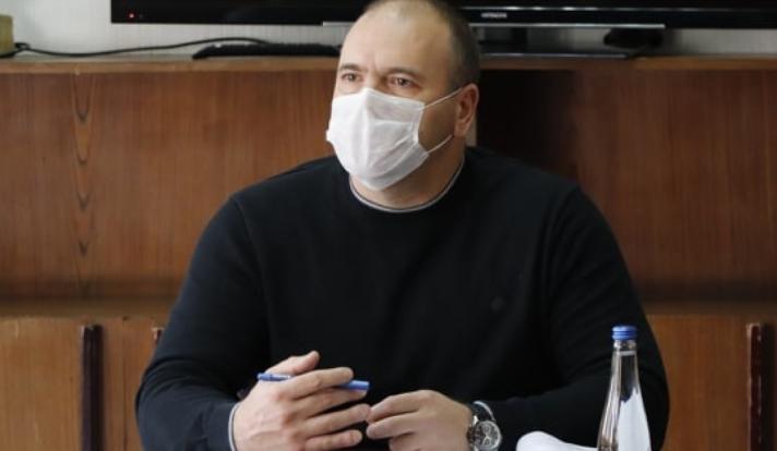 Власта ќе го казни градоначалникот Димитриевски оти се тестирал наместо да седи во изолација, но молчат како позитивниот испадна негативен?!