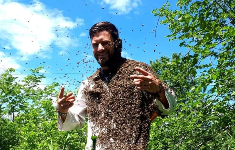 Безброј пчели го покрија телото на Мите од Кавадарци (ФОТО)