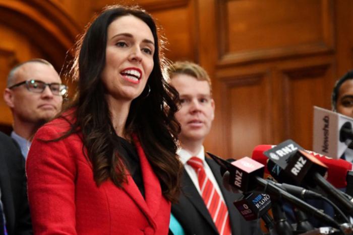 Новозеландската премиерка ги скрати платите на цела Влада