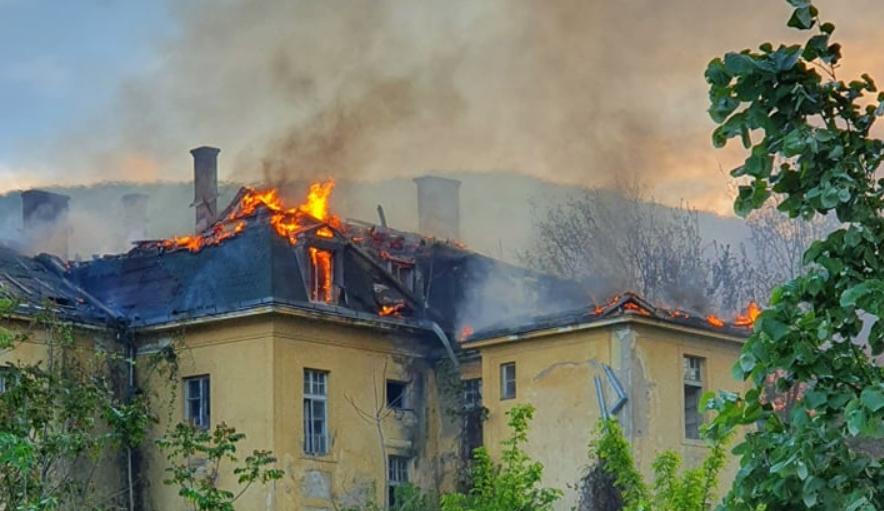 ФОТО: Голем пожар беснее во Струмица, гори ремек делото од времето на ЈНА