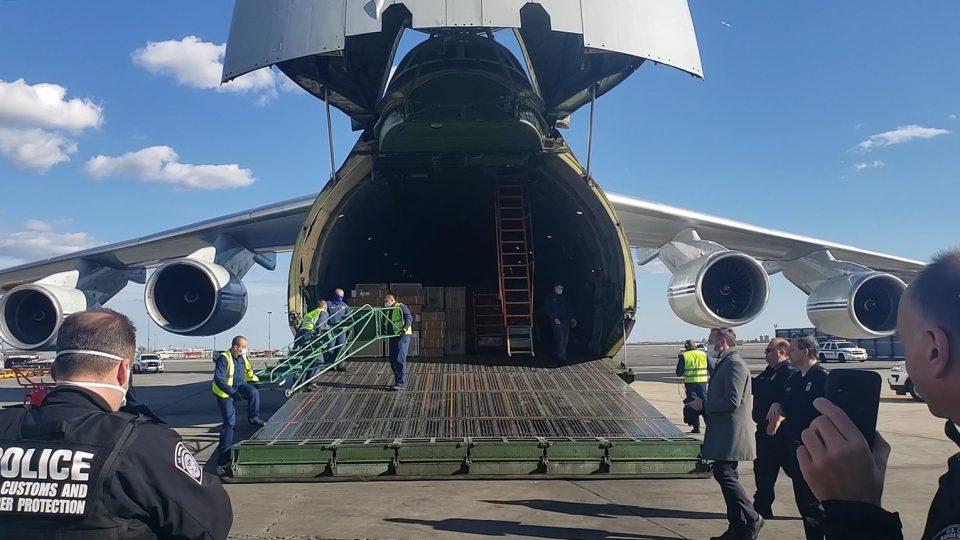 ФОТО+ВИДЕО: Воениот транспортен авион со руска медицинска помош пристигна во Њујорк