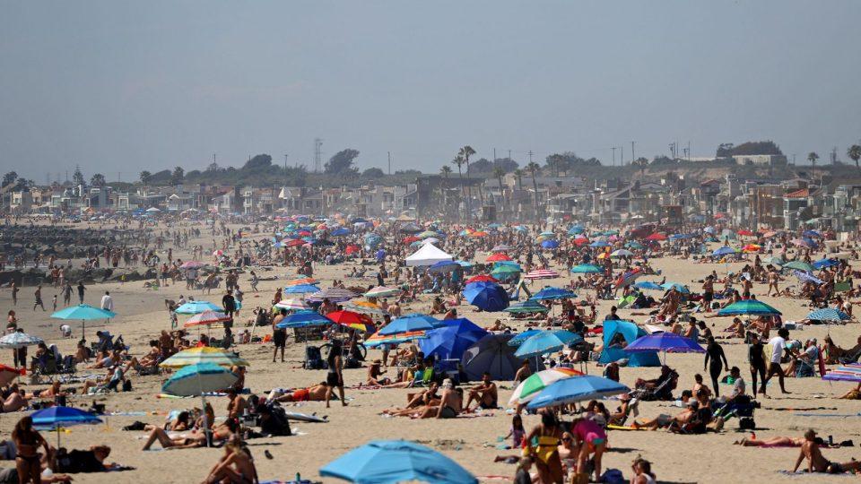ОВА Е ЛУДОСТ: Илјадници луѓе со маски на себе заминаа на плажите и покрај мерките (ФОТО)