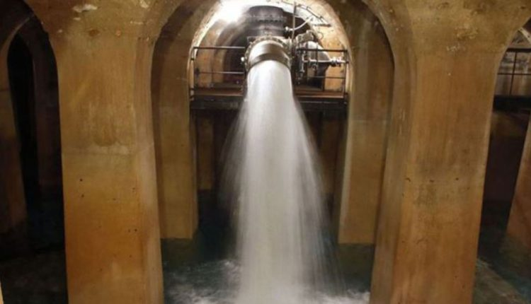 Водата за миење на улиците на Париз има траги од корона