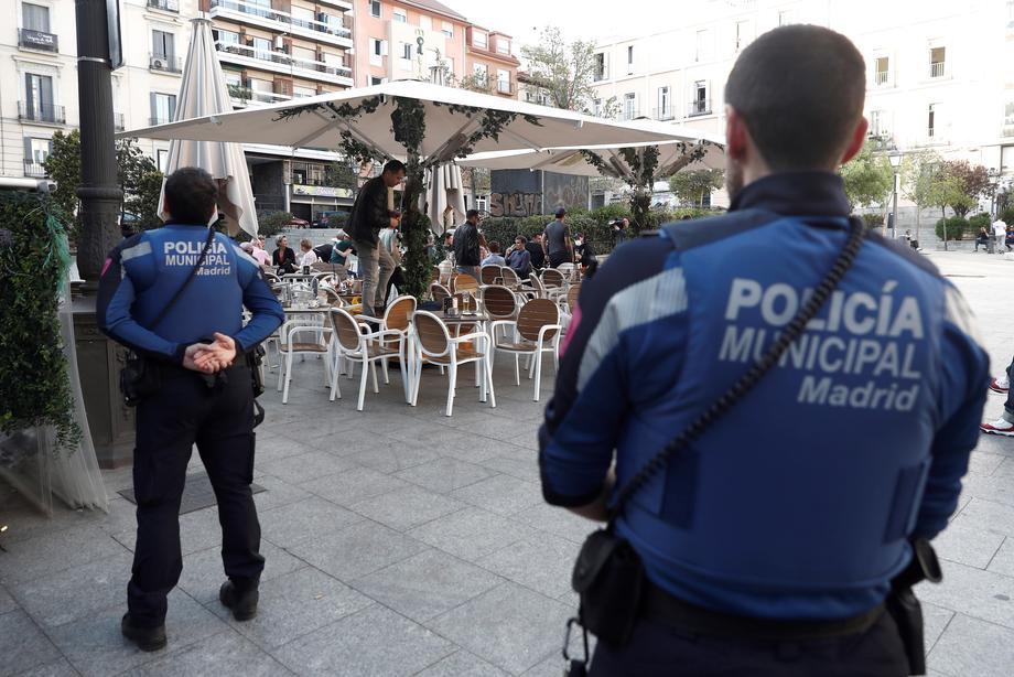 Шпанија и Италија започнуваат да ги олеснуваат мерките за да ја заживеат економијата