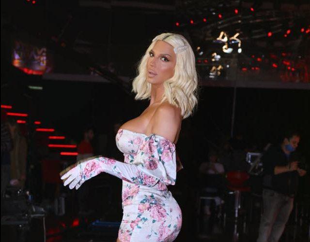Карлеуша дојде на снимање во безобразен фустан кој едвај и ги покри градите и задникот (фото)