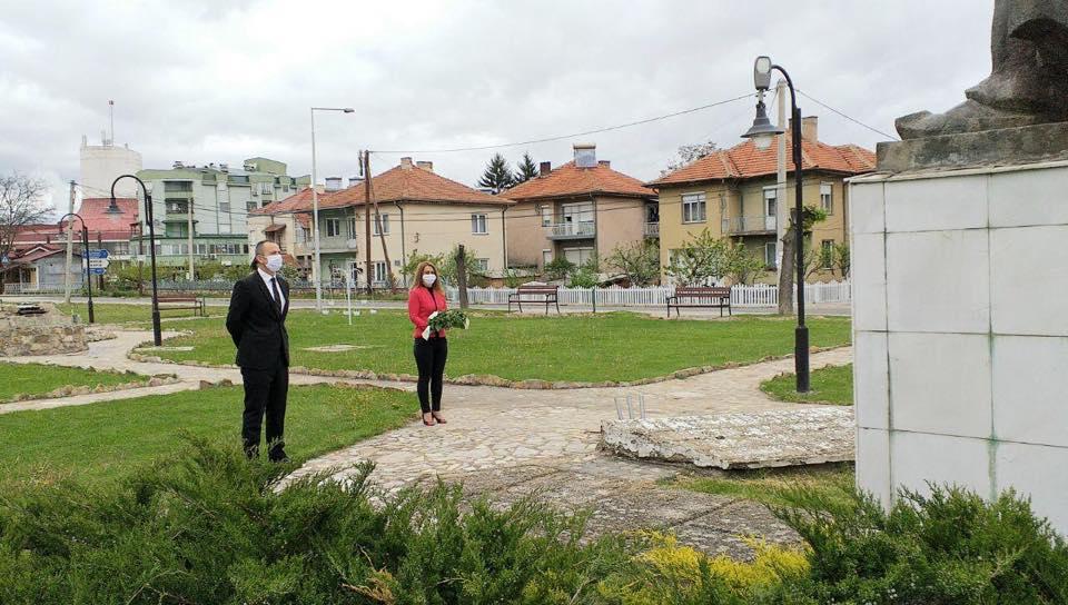 Ковачки положи цвеќе пред споменикот на Гоце Делчев