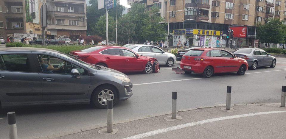 Драматичен карамбол среде центарот на Скопје пред започнување на полицискиот час предизвика застој во сообраќајот (ФОТО)