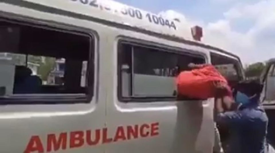 Видео: Полицијата во Индија со нов метод ги дисциплинира лицата кои не го почитуваат полицискиот час