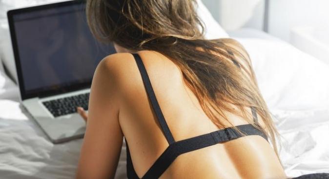 """Пробајте ја секс позата """"работи од дома"""", но пред да почнете не заборавајте да го исклучите вашиот лаптоп"""