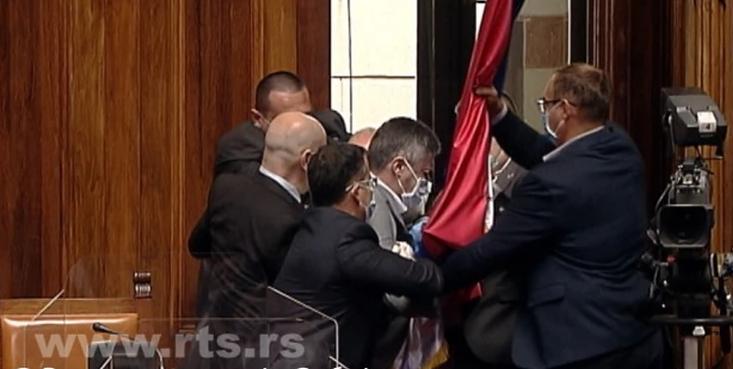 (Видео) Лидерот на Двери предизвика инцидент во српското Собрание