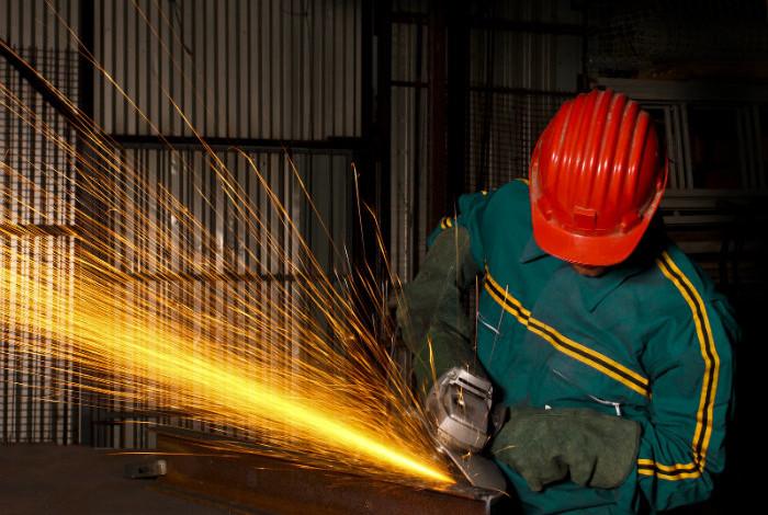 Намален бројот на работници во индустријата, најголем пад кај преработувачките капацитети