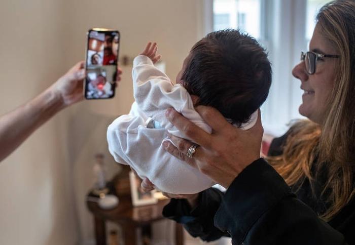 Наставничка херој: Чува новороденче, брат на нејзин ученик- причината ќе ве остави без зборови (ФОТО)