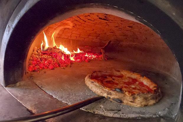 ФОТО: По два месеци, мирисот на пицата повторно низ улиците во Неапол – продадени 60.000 пици