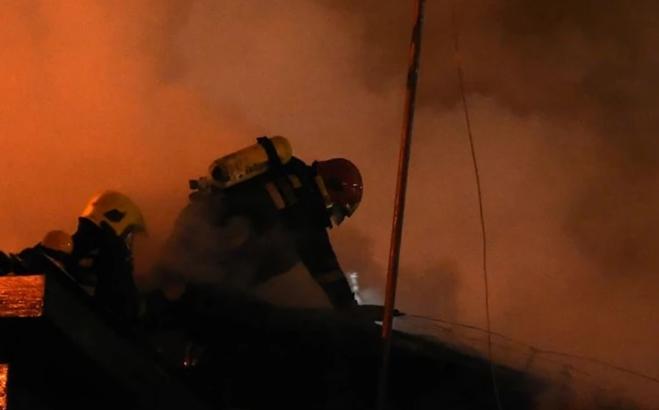 Успешна акција на четворица пожарникари: Со само еден камион успеале да изгаснат пожар на тешко достапен терен над тетовско Гајре