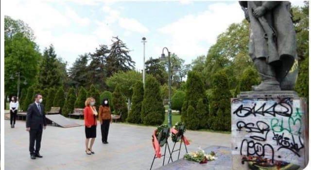 Стоилковски: Шекеринска откако го пресели Агитпроп- тимот од св.Спас положи цвеќе на споменикот на Гоце Делчев