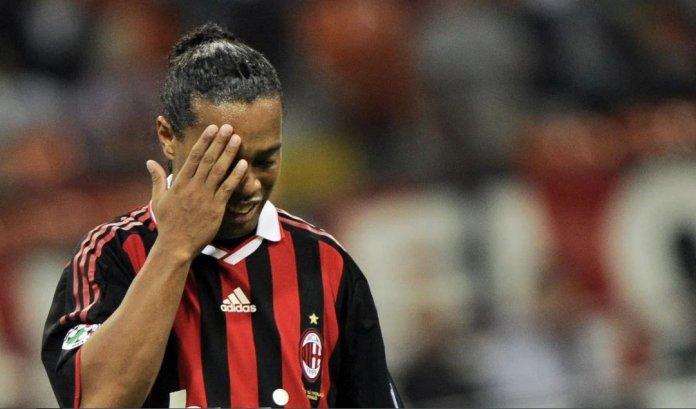 """Роналдињо го молел својот противник: """"Не ме удирај повеќе, еве ти го мојот дрес"""""""