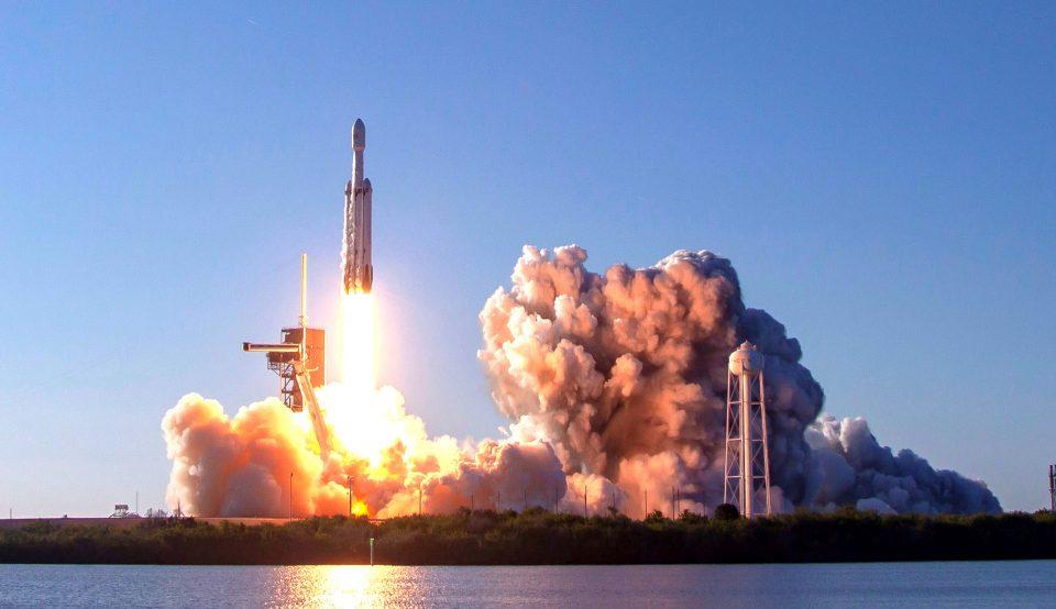 """Гледајте го во живо лансирањето на """"Фалкон 9"""" во орбитата (ВИДЕО)"""