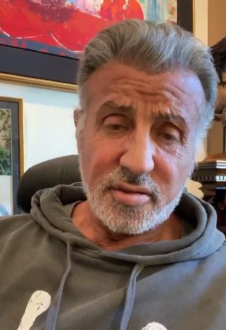 Силвестер Сталоне со емотивна видео порака до неговиот колега кој поради коронавирусот му ја ампутираа ногата, а вчера се разбуди од кома