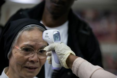 Задолжително мерење на температурата на верниците на мисите во папските цркви во Ватикан и Рим