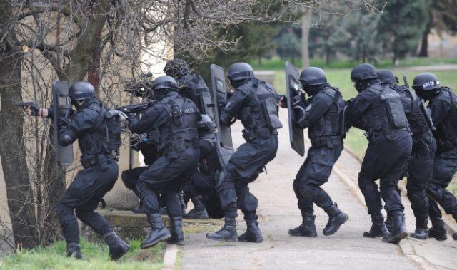 ФОТО КУРИР: Бутел под полициска опсада